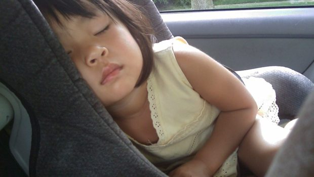 Barn sover i autostol