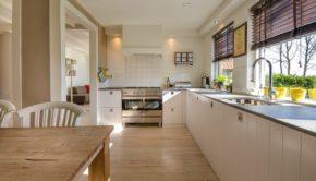 Køkken med trægulv