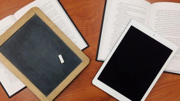 Tavle, tablet og papirer