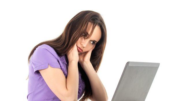 Kvinde arbejder ved skrivebrod med forkert stol