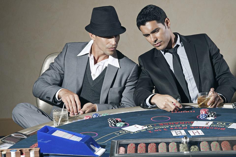 2 mænd spiller poker