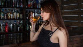 Kvinde drikker vin