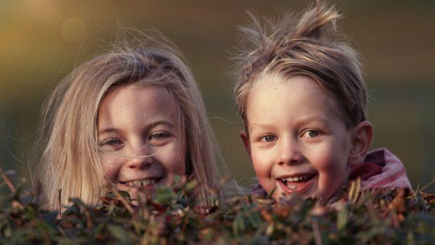 Børn leger i have