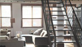 Stue med trappe til første sal