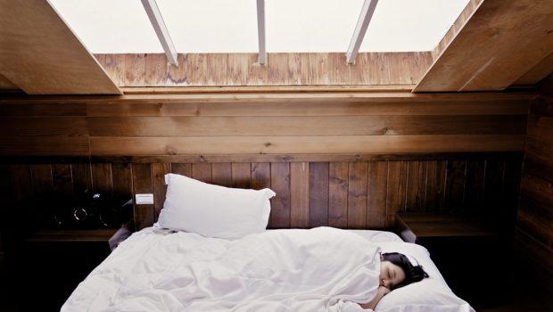 Kvinde sover i kontinentalseng