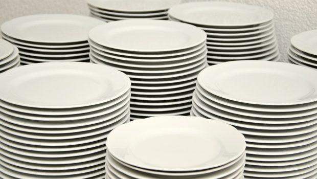 Mange tallerkener stablet i 7 bunker