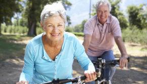 Kvinde og mand på hver deres elcykel