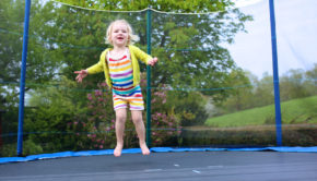 Pige på trampolin
