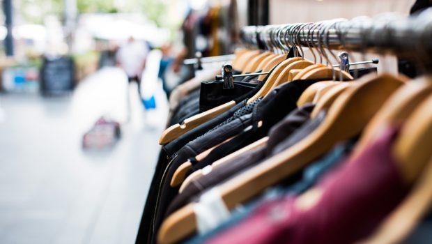 Tøj på bøjle i butik