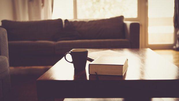 Stuebord med en bog og en kop kaffe på