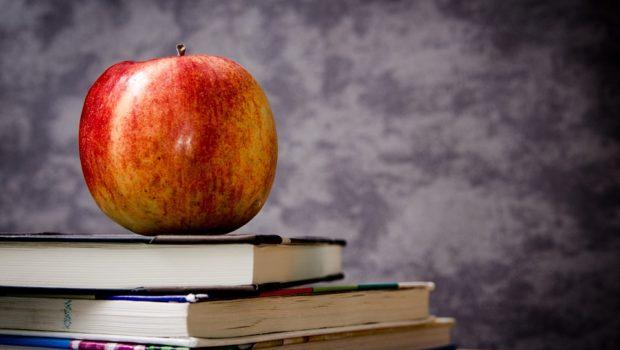 Bøger med et æble på