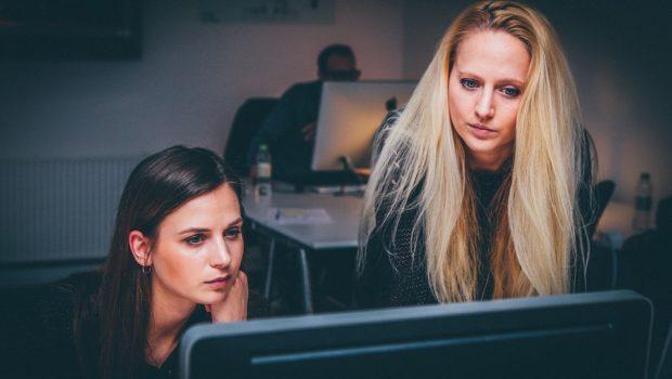 2 kvinder på kontor