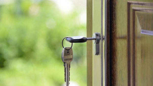 Nøgler i dør til ny bolig