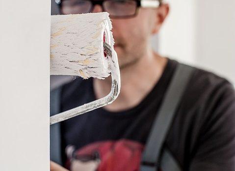 Mand der maler en væg
