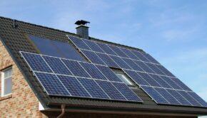 Solceller på taget af hus